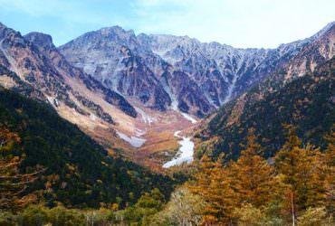 「神的故鄉」上高地霜降!山峰染上白雪、紅楓、綠葉三色同台